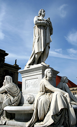 Statues_In_Square_Lynne_Eodice